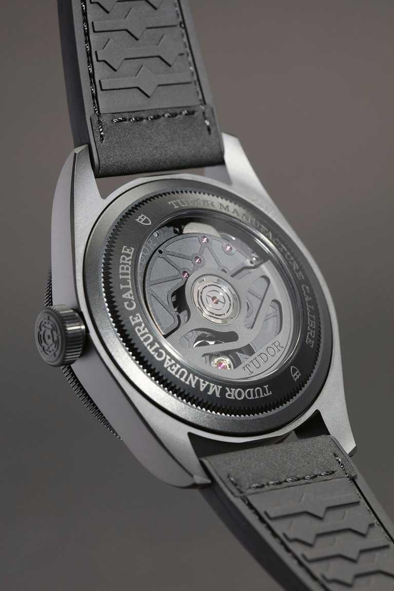 TUDOR「Black Bay Ceramic碧灣陶瓷」型腕錶,獲瑞士聯邦計量科學研究院(METAS)大師天文台精密時計認證,確保高度精準走時。(圖╱TUDOR提供)