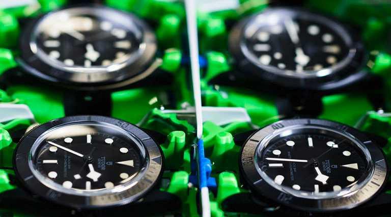 TUDOR「Black Bay Ceramic碧灣陶瓷」型腕錶,運用全新啞黑色陶瓷元素,打造一體成型的內斂錶殼。(圖╱TUDOR提供)
