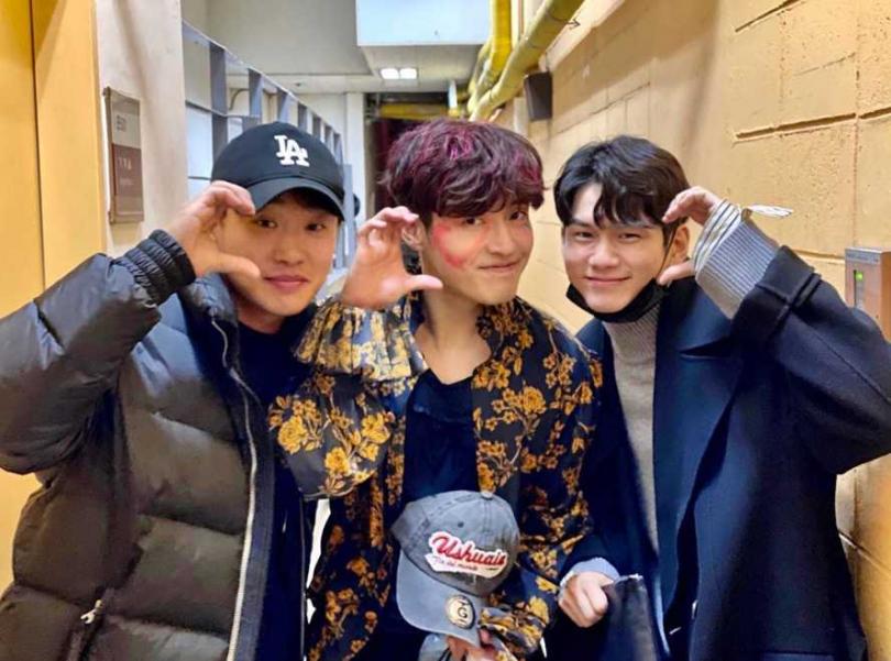 安宰弘(左)、邕聖祐(右)相約支持姜河那的音樂劇。翻攝自《Traveler》官方IG