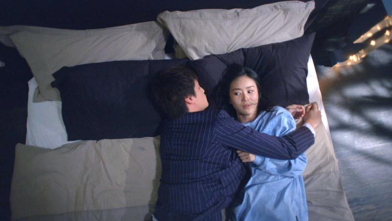 《跟鯊魚接吻》鍾瑶照顧喝醉的羅宏正,卻意外照顧到床上。(圖/三立)