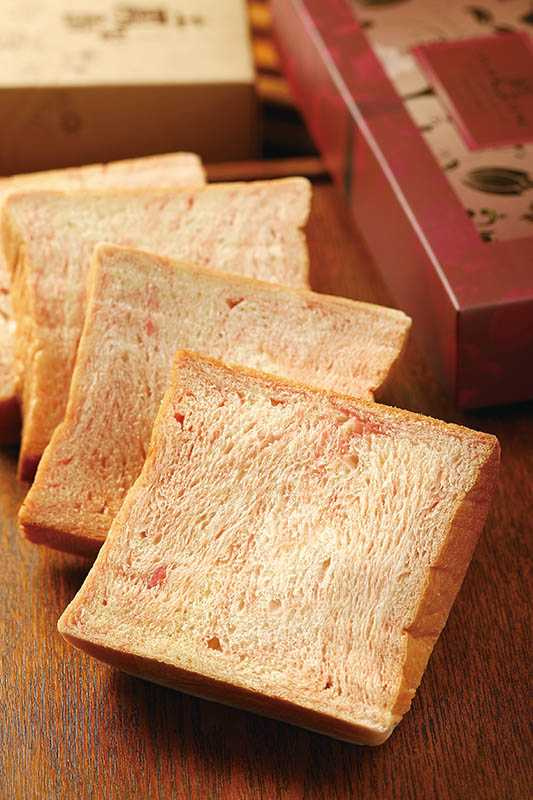 揉入進口草莓煉乳的「草莓煉乳吐司」,切片成粉色大理石紋好夢幻。(130元/4片)(圖/于魯光攝)