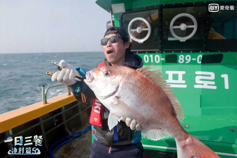 柳海真苦等五年,終於釣到真鯛。(圖/愛奇藝台灣站提供)