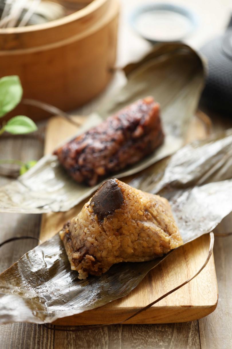 由港點教父李一龍親手包製的「山珍海味一龍粽」與「蜜香美人粽」。(圖/過上好日子)