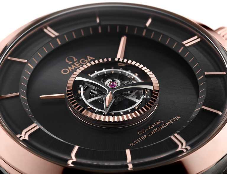OMEGA「De Ville Tourbillon Co-Axial Master Chronometer」碟飛系列同軸擒縱大師天文台陀飛輪腕錶,黑色PVD處理18K Sedna金材質太陽紋磨砂錶盤。(圖╱OMEGA提供)