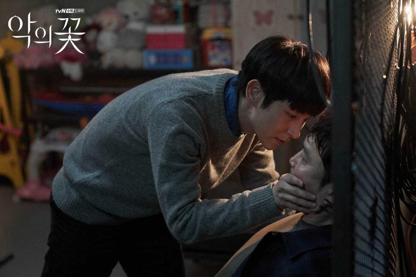 在戲裡被李準基囚禁的徐賢宇,稱讚對方很有活力,是個讓人安心的好演員。(圖/翻攝自tvN)