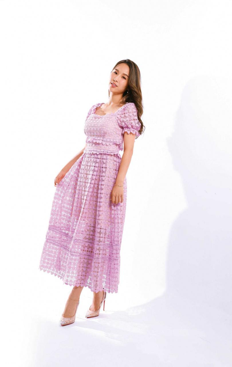 粉色洋裝/1,000元(網路購買)(圖/戴世平攝);MANOLO BLAHNIK 透膚高跟鞋/價格店洽(圖/戴世平攝)