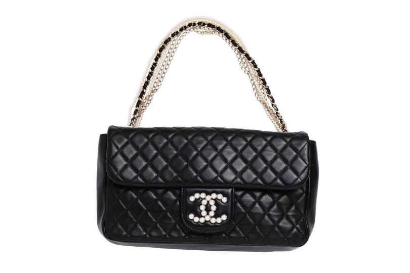 CHANEL小牛皮綴珍珠手拿包/約110,000元(圖/戴世平攝)