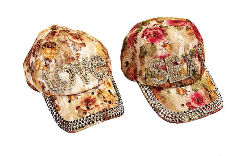 白靈忘記從哪個品牌購入的帽子,一頂大約60、70美元(約新台幣1,900元)。(圖/莊立人攝)