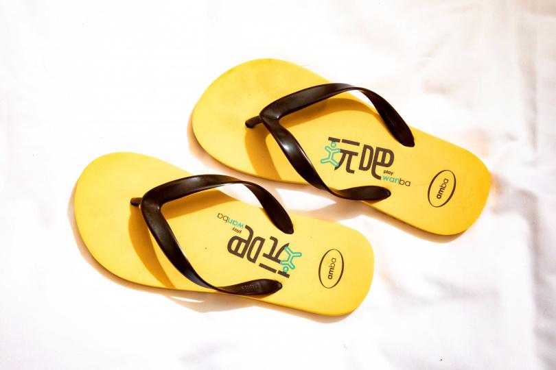 白靈看到隔離期間黃黑相間拖鞋就會想起「自由」的可貴。(圖/莊立人攝)