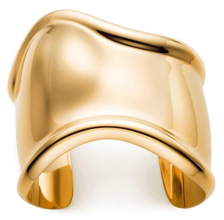 TIFFANY & CO「Elsa Peretti Bone Cuff」18K金手環(左手)╱565,000元。(圖╱TIFFANY & CO.提供)