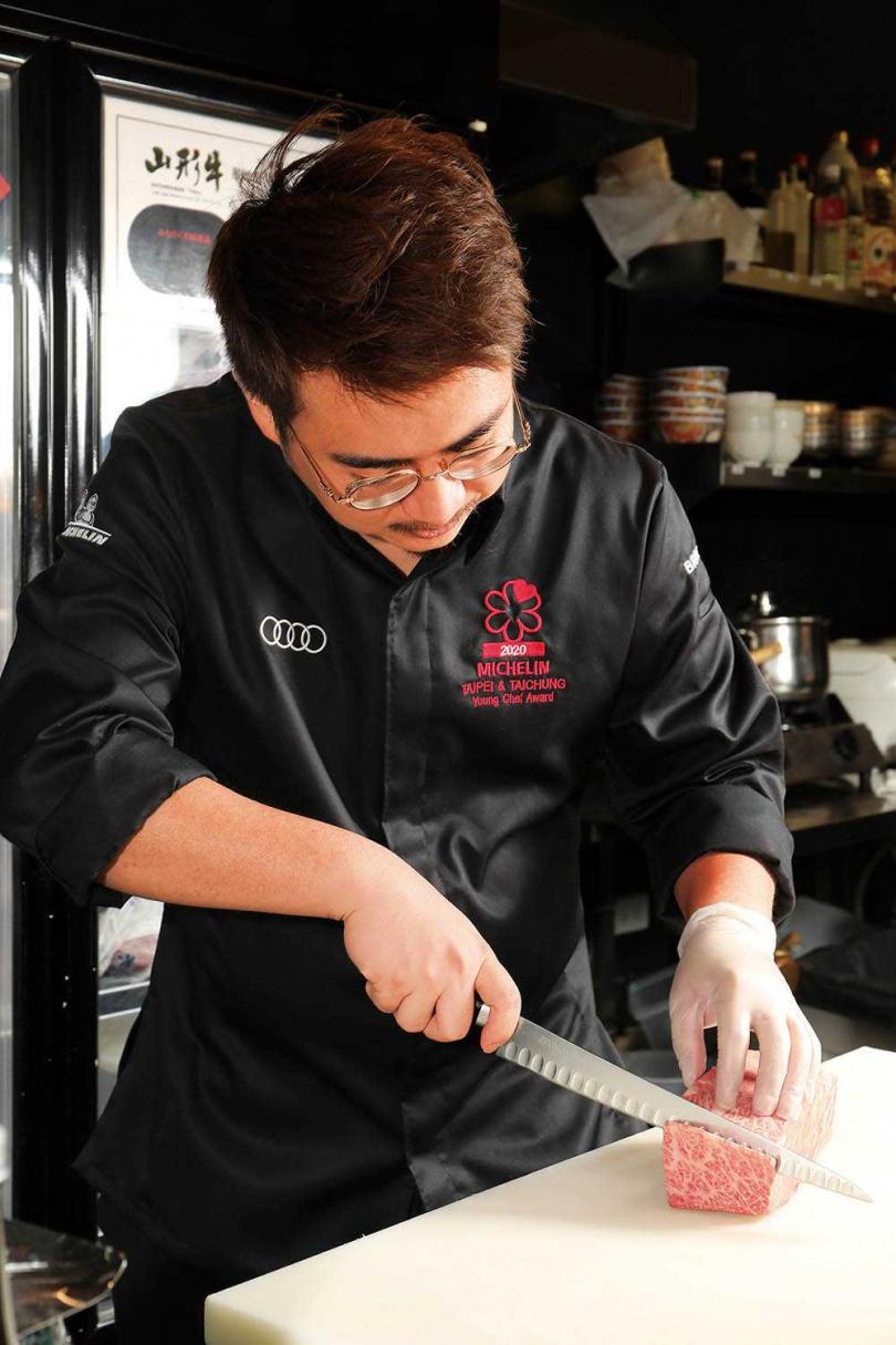 除了米其林一星,鍾佳憲還獲得在台灣首度頒發的「米其林年輕主廚大獎」。(圖/于魯光攝)