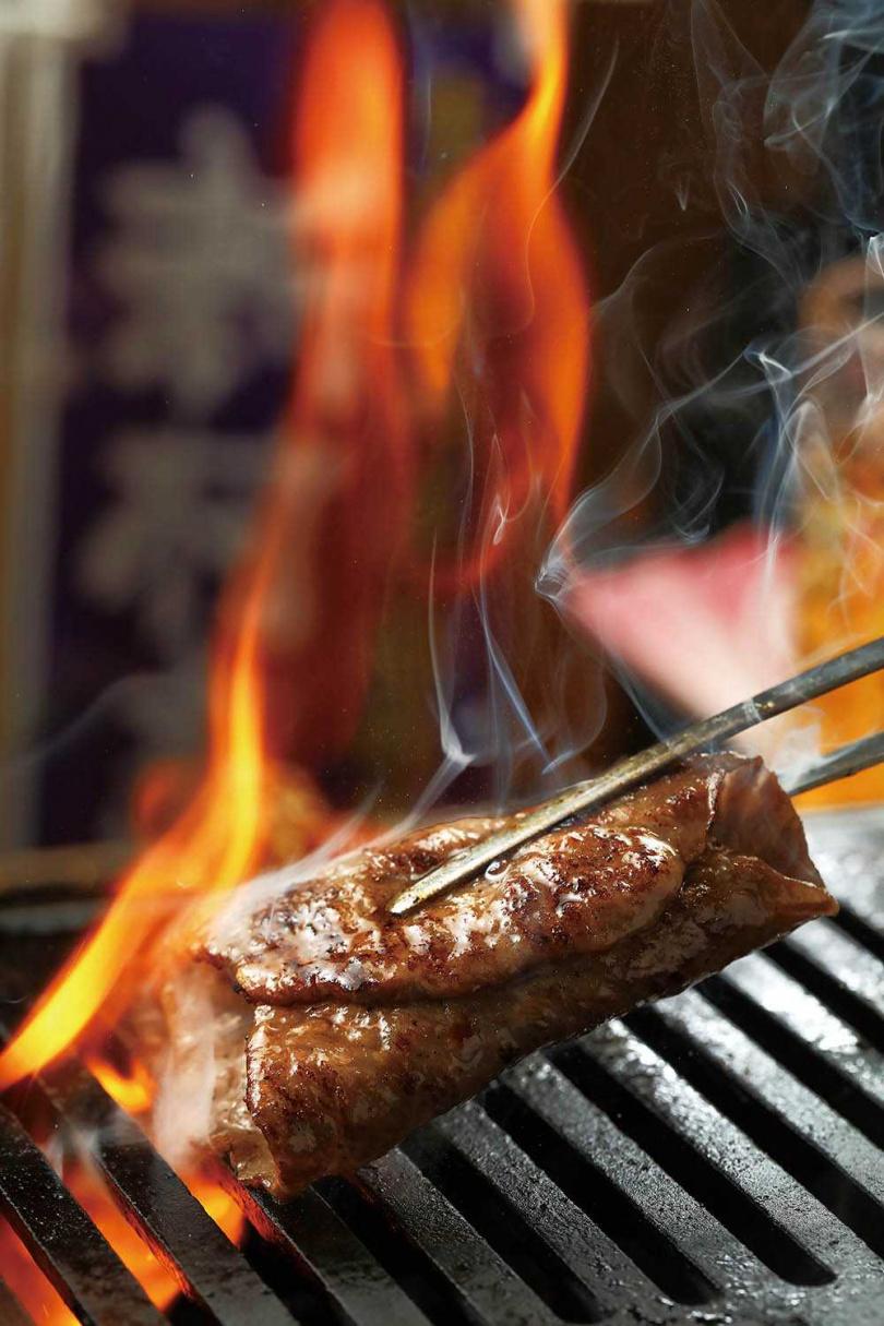 主廚兼老闆鍾佳憲會特別將薄片和牛捲起燒烤,讓油脂與肉汁同時鎖住,風味凝聚。(圖/于魯光攝)