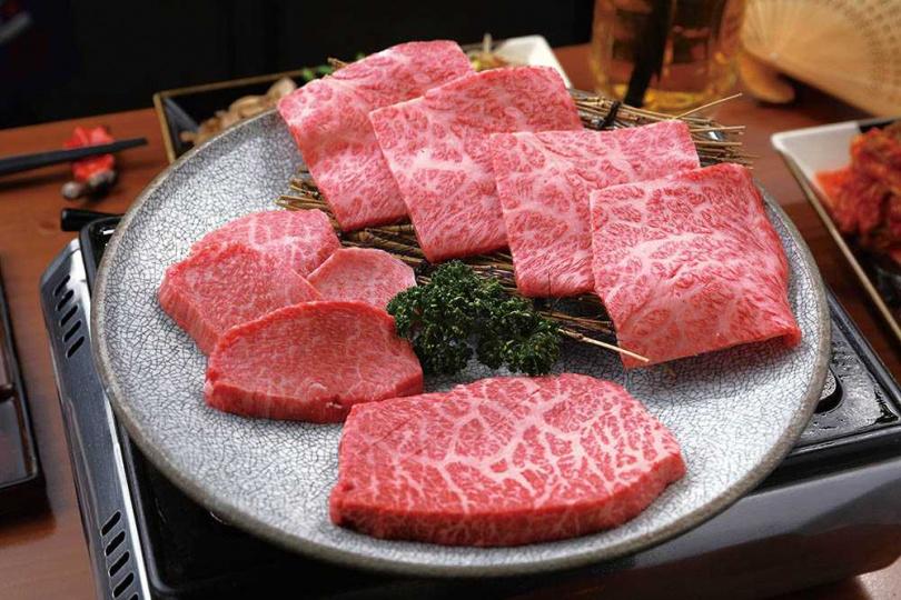 「日本和牛社長盛合」為綜合肉品組合,店家會依當日食材,提供1種鑽石級部位與4種稀有部位,圖為其中3種肉類。芯芯肉(中下)、羽下(右上)前腿肉(左)。(圖/于魯光攝)