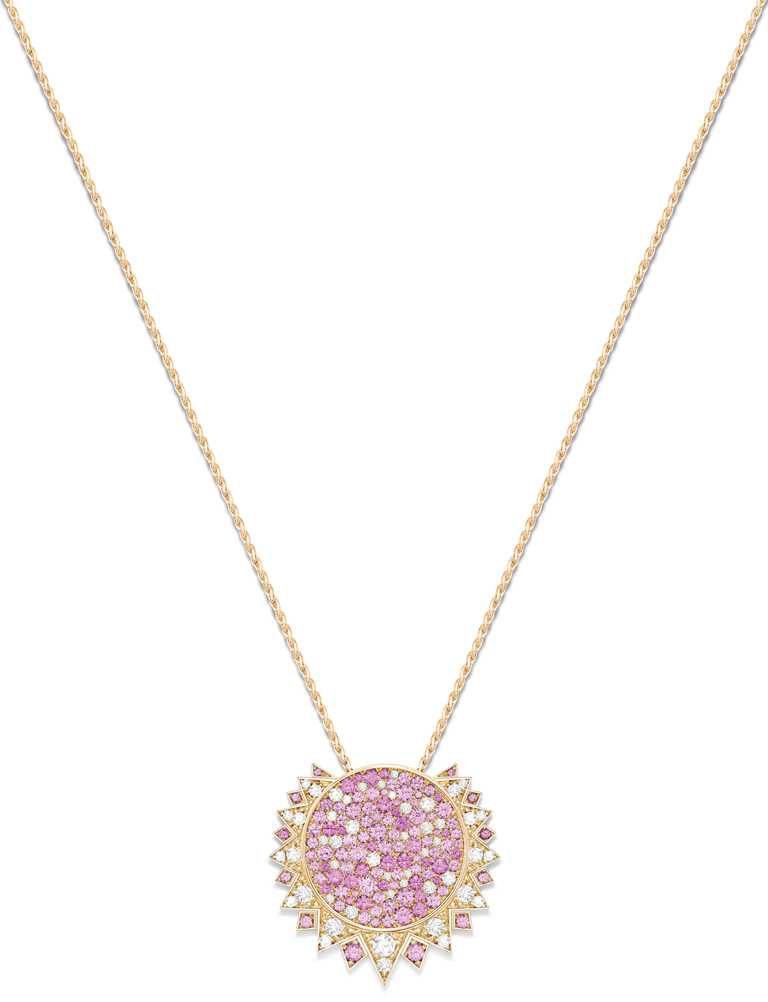PIAGET「Sunlight」系列,18K玫瑰金粉紅藍寶石及鑽石墜鍊╱595,000元。(圖╱PIAGET提供)