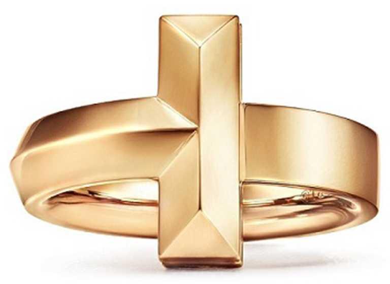 TIFFANY & CO.「T1」系列,18K金寬版戒指╱74,000元。(圖╱TIFFANY & CO.提供)