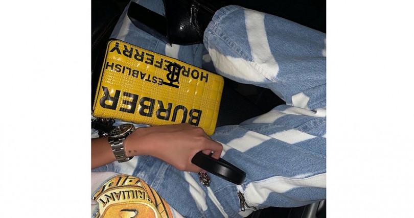 潮模KIWI李涵,以個性十足的印花T恤衫搭配特殊水洗印花丹寧、粗跟短靴,個性十足演繹鮮黃色Burberry LOLA包。(圖/翻攝自KIWI李涵IG)