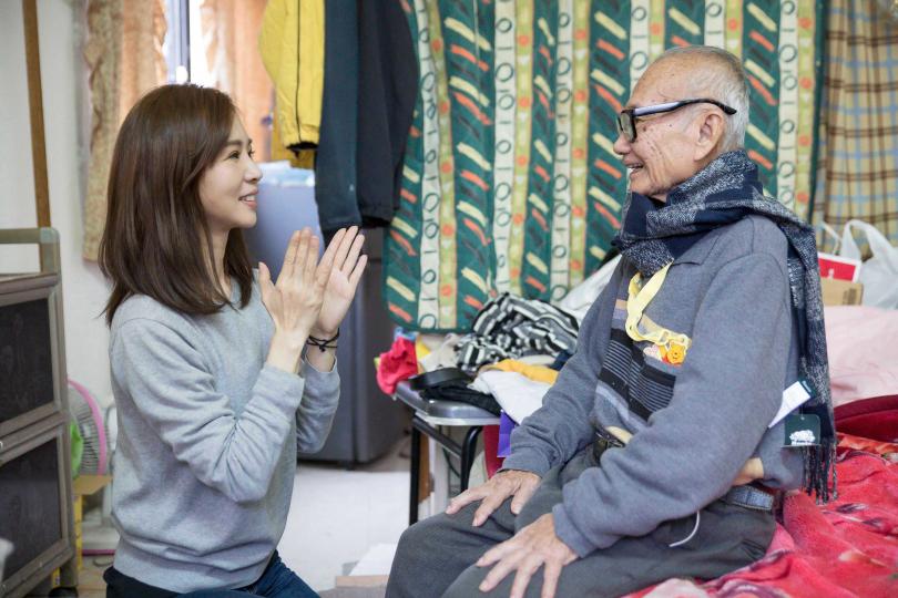 謝盈萱與88歲的爺爺有溫暖互動。(圖/愛最大慈善光協會提供)