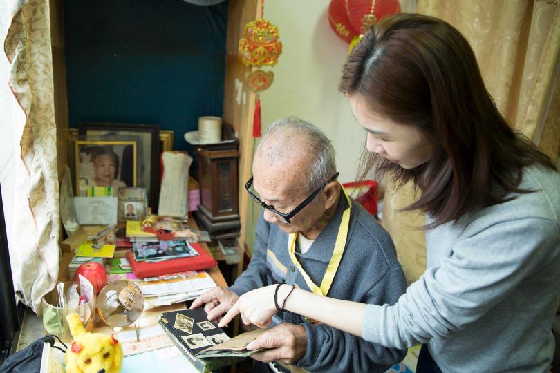 謝盈萱與一位獨居的陳爺爺回憶過往。(圖/愛最大慈善光協會提供)