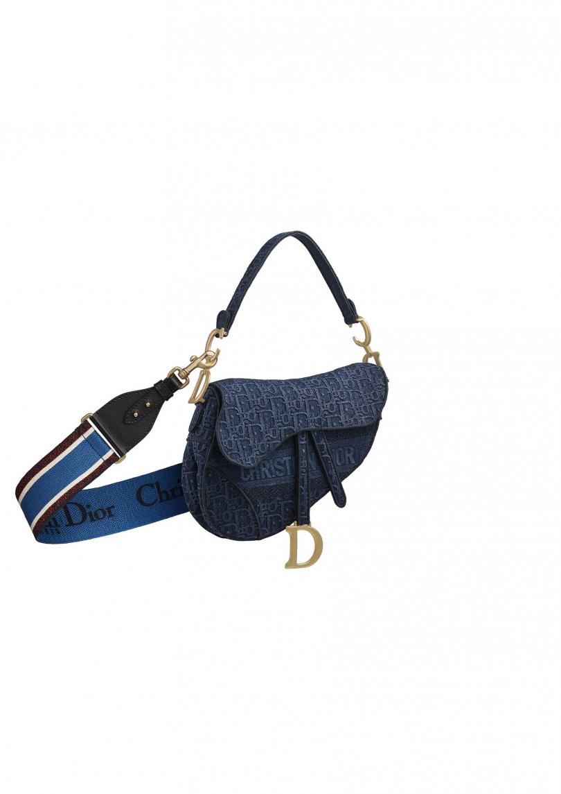 Dior Saddle Oblique 丹寧斜紋刺繡帆布馬鞍包(藍色刺繡寬背帶另購)/120,000元(圖/各品牌)