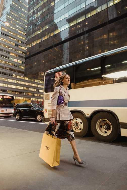 時隔多年,莎拉潔西卡帕克揹上Baguette包重回紐約街頭。(圖/各品牌)