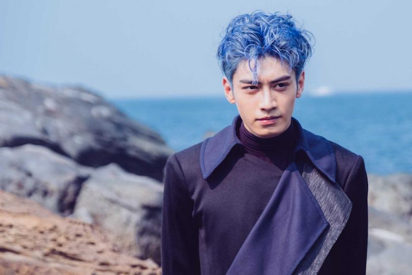 宋柏緯一頭藍髮在《墜愛》飾演「月老」,被陷害後墜落凡間 。(圖/歐銻銻娛樂提供)