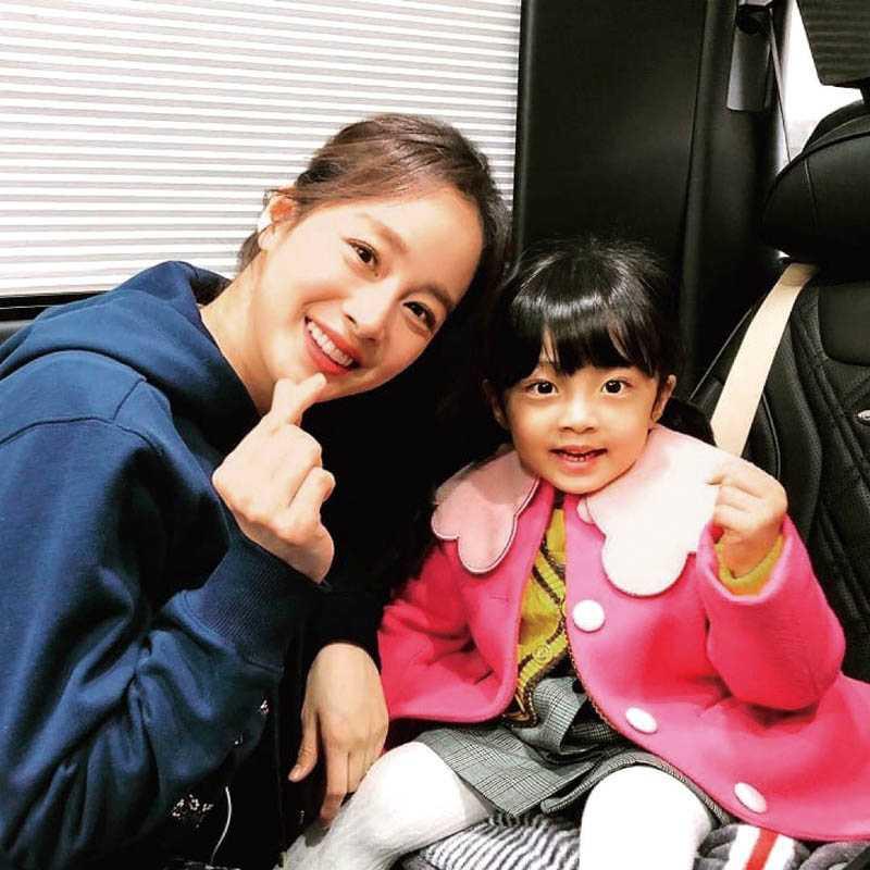 飾演金泰希女兒的童星徐宇鎮,竟是男扮女裝演出。(圖/翻攝自網路)