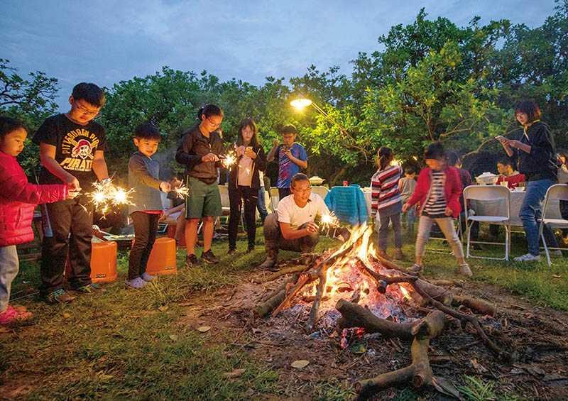 入夜後在柚園搭起營火、烤肉露營,是現代人另類的體驗。(圖/5012柚意思提供)