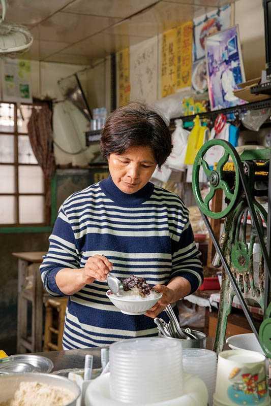 位在麻豆中央市場的「龍泉冰店」,已有百年歷史,所有配料維持店家自製的傳統。(圖/宋岱融攝)