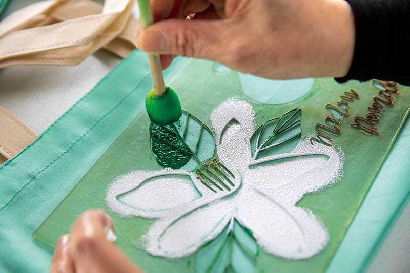 在柚花香環繞的園區製作花影拓印袋,作為獨一無二的紀念品。(圖/宋岱融攝)
