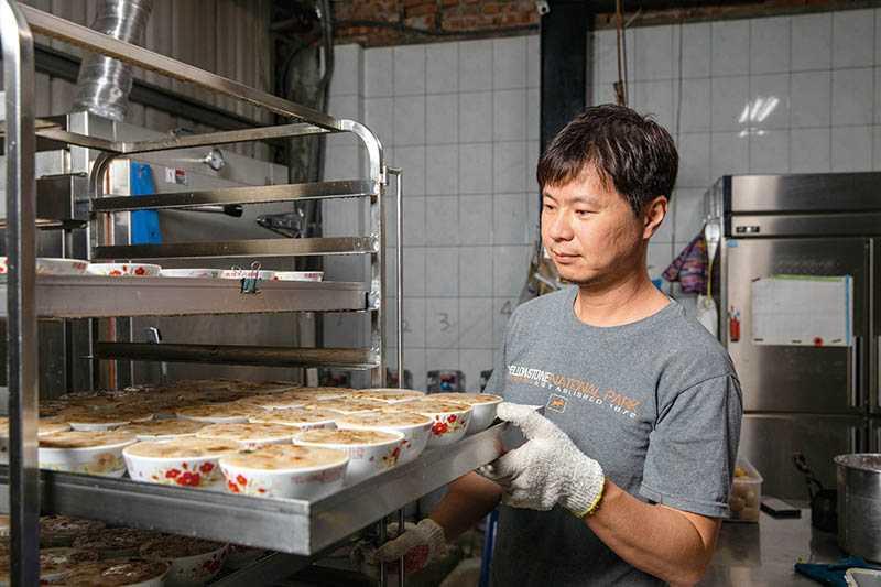 碗粿都是老闆許韶陽當日現做,從磨米、配料、炊熟到冷卻放涼,至少得花上2小時。(圖/宋岱融攝)