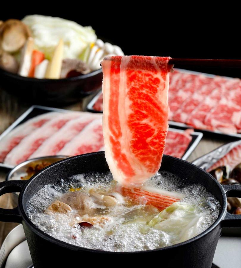 品質好的肉品,在高湯中輕涮幾下就很美味。(圖/鉄火鍋提供)