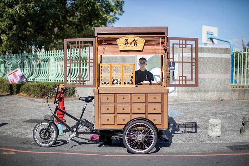 每天下午阿嘉出攤時,復古攤車經常是路人眼中的焦點。(圖/宋岱融攝)