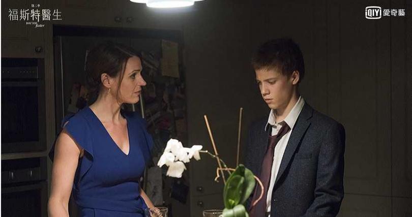 《福斯特醫生》兒子湯姆因為父母離異叛逆。