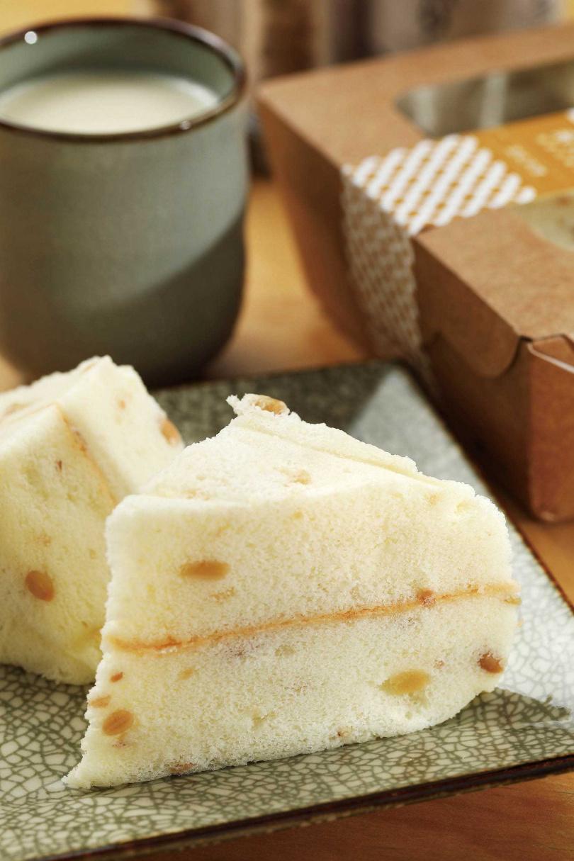 「豆乳天使蛋糕」是「小草書屋職研烘培坊」使用禾乃川豆漿製作,口感輕盈,中間還吃得到蜜黃豆。(120元/盒)(圖/于魯光攝)