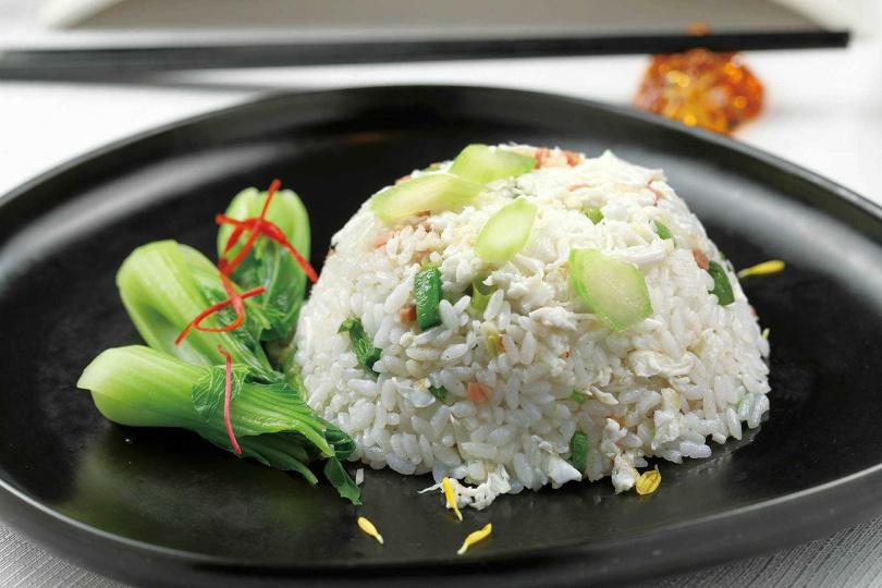 愈簡單的菜色愈難做,這盤「薑米金腿蛋白炒飯」,鑊氣足、盤底爽利,入口清爽。(488元)(圖/于魯光攝)