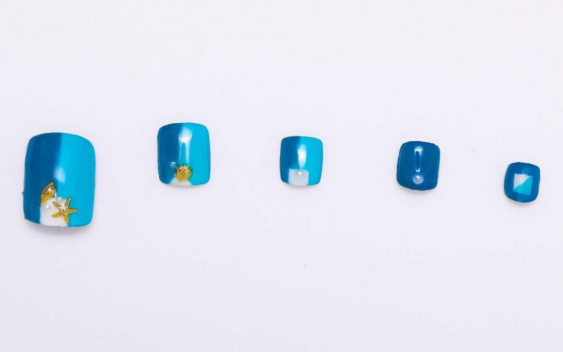 將淺藍與藍綠色做左右拼色設計,對想嘗試海洋風美甲,又希望能對應通勤場合的上班族來說,再適合不過了。(圖/戴世平攝)