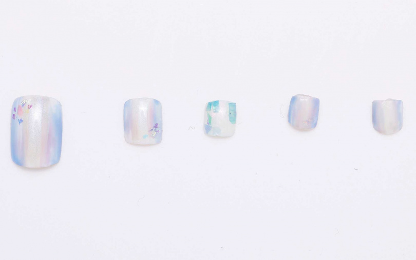 就像是打開蚌殼後看到的珍珠一般,會隨著不同角度而能散發出七彩光芒的美麗銀白色,有著優雅高級質感。(圖/戴世平攝)