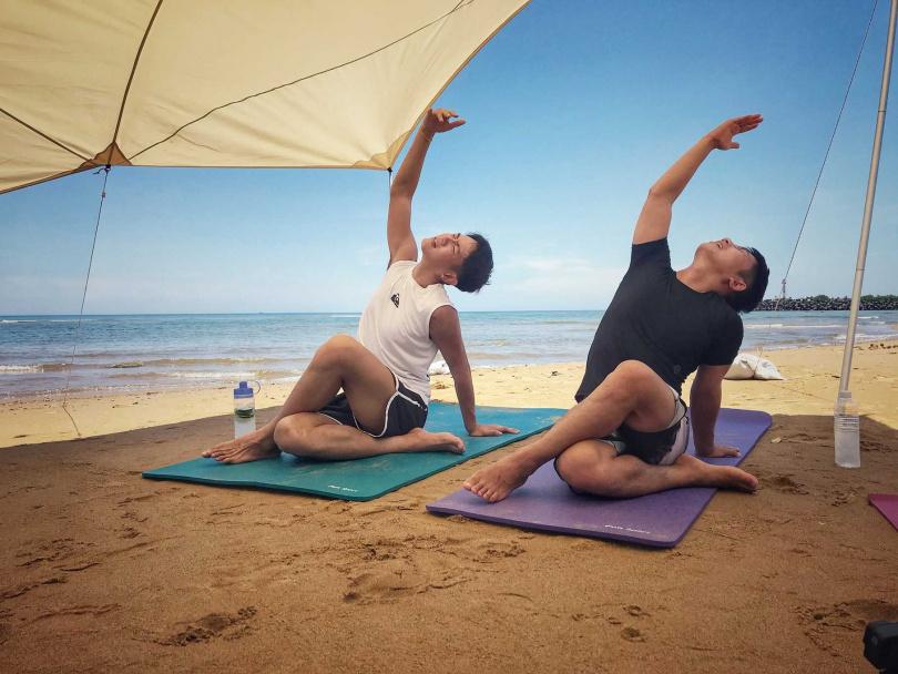 柯震東(左)和蔡昌憲嘗試沙灘瑜珈。(圖/禾豐九路提供)