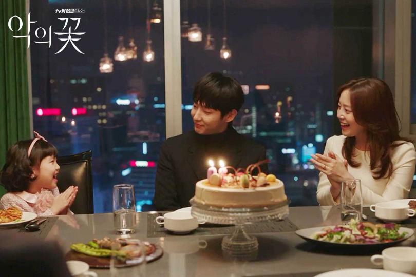 劇中的李準基,在家是個溫柔細心的好丈夫、好爸爸,妻女都不知道他有另一面。(圖/翻攝自tvN)