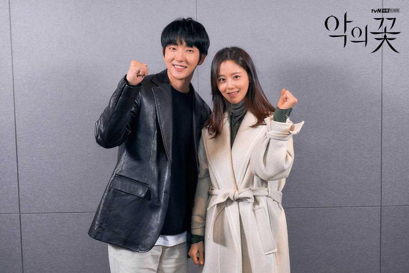 文彩元有時嫌李準基太吵,會用手勢提醒他「關靜音」。(圖/翻攝自tvN)
