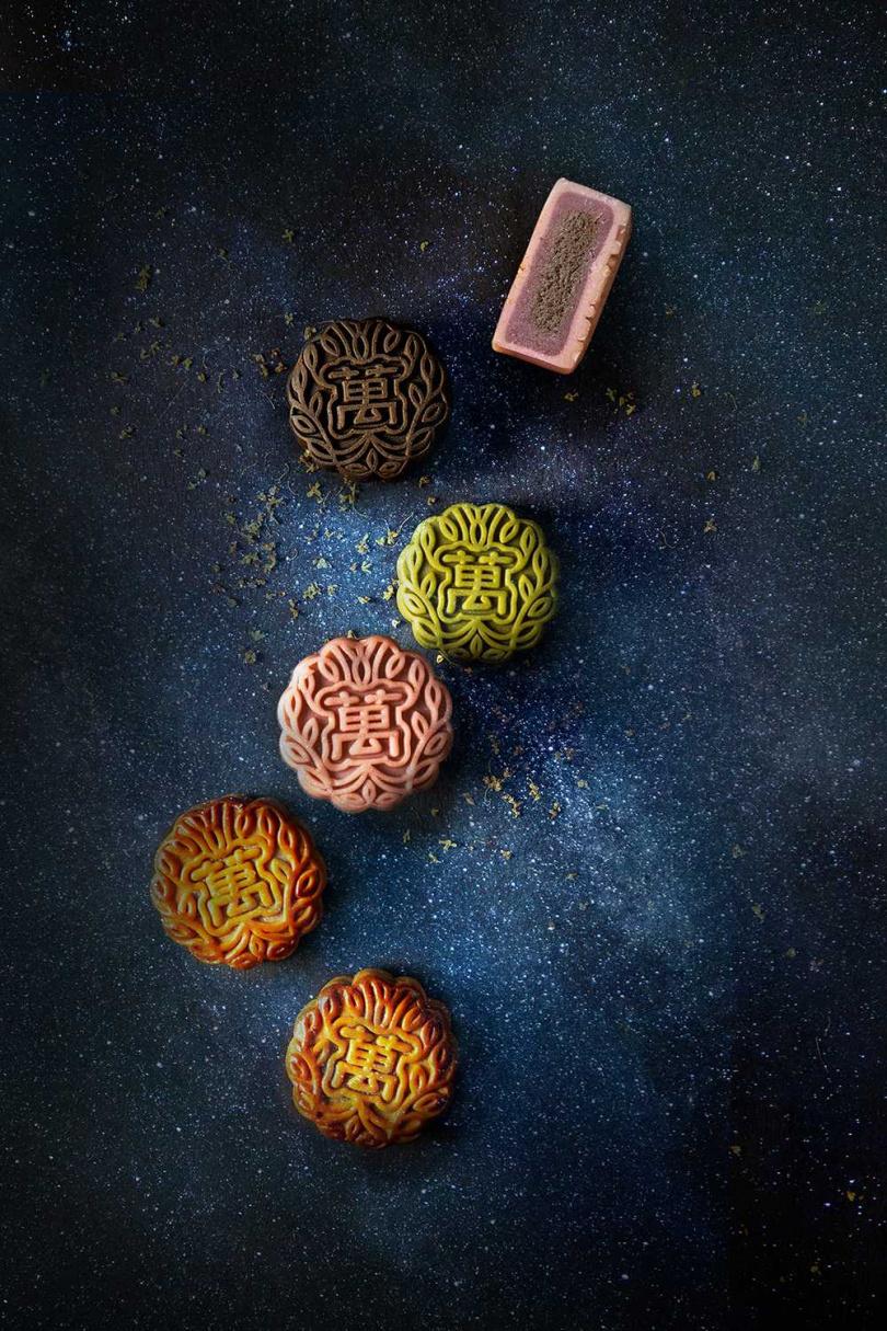 將斑蘭、紫薯、黑糖奶茶、抹茶柚子等創新風味加入廣式月餅或日式桃山月餅。(圖/皇玥餅藝、萬豪酒店)