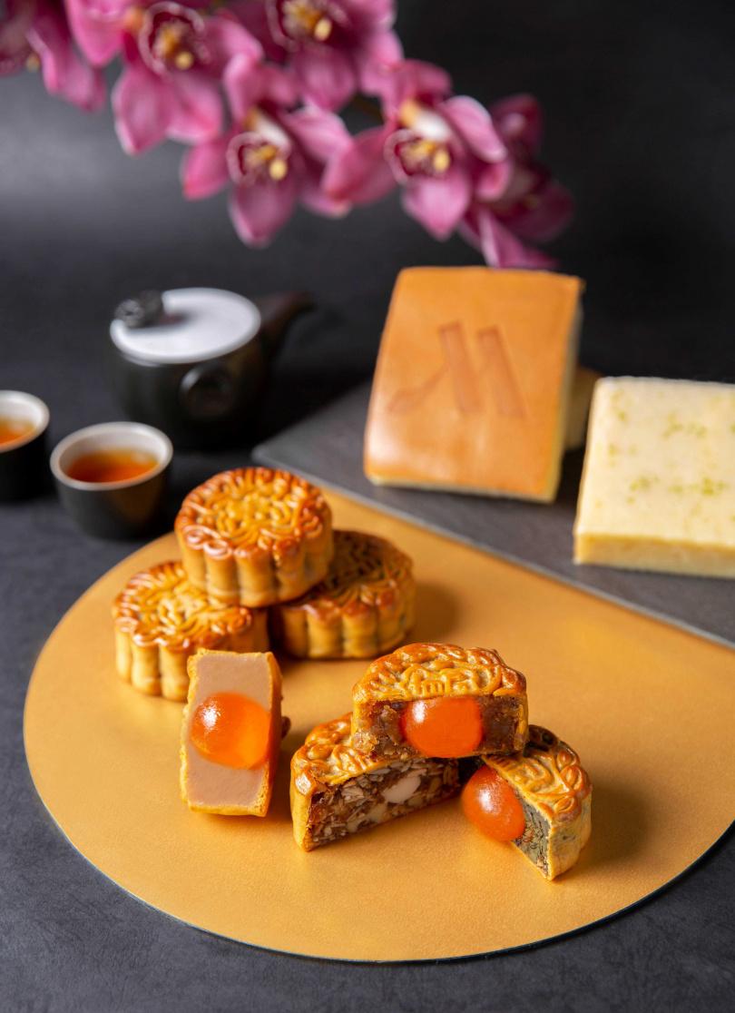 經典吟風禮盒包含廣式月餅及手工蛋糕。(圖/皇玥餅藝、萬豪酒店)