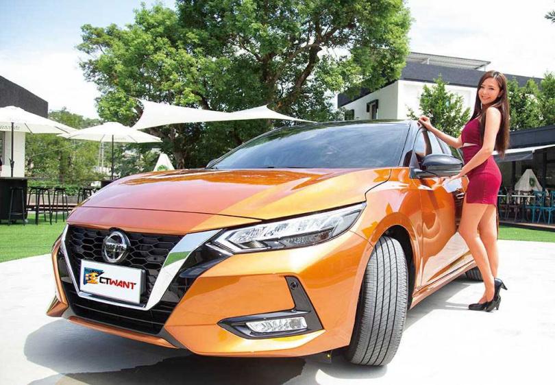 車頭最明顯的特徵是大大的V字形水箱護罩,這也是NISSAN最新的家族特徵。(圖/黃威彬攝)