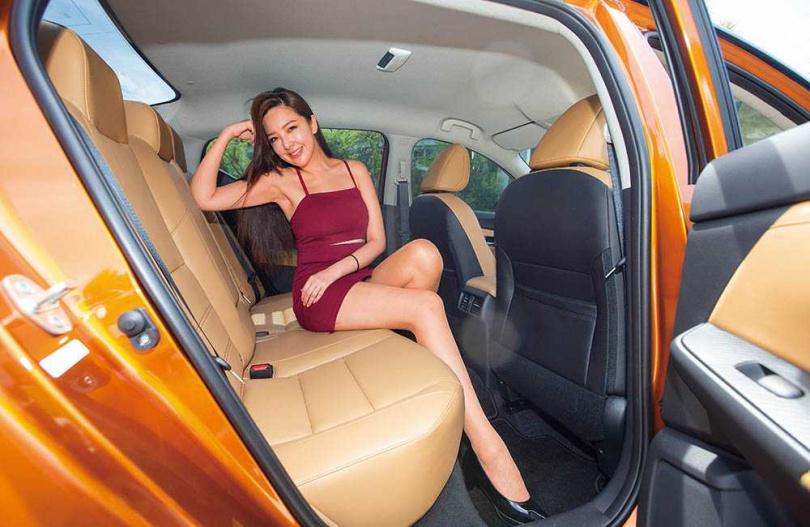 2,712mm的軸距創造充裕的後座空間, 且質感柔軟的座椅乘坐起來非常舒適。(圖/黃威彬攝)