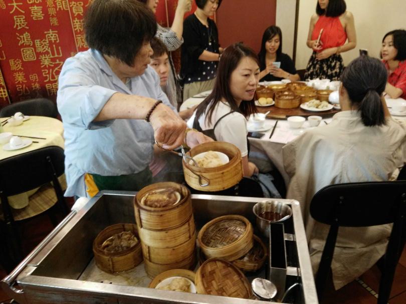創建於上世紀的「蓮香樓」仍保留推車傳統。(圖/香港旅遊發展局提供,下同)
