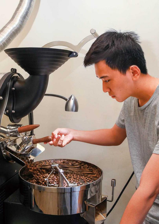 「國姓佳芳咖啡」的老闆詹清喨返鄉接手,自己烘焙自家種植的咖啡豆。 (圖/焦正德攝)
