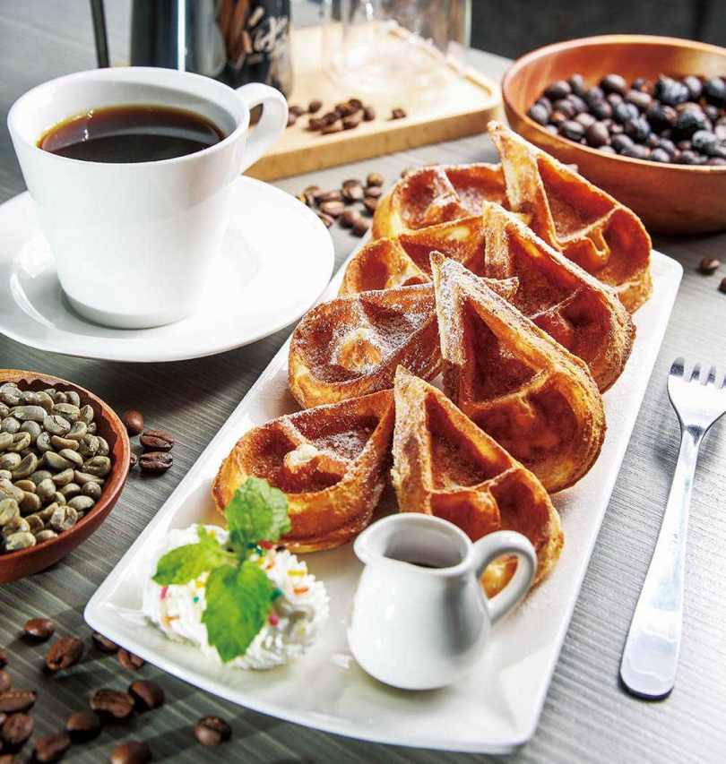 「冠軍單品黑咖啡」配上鬆餅,絕對是超頂級的享受。(120元/杯) (圖/焦正德攝)