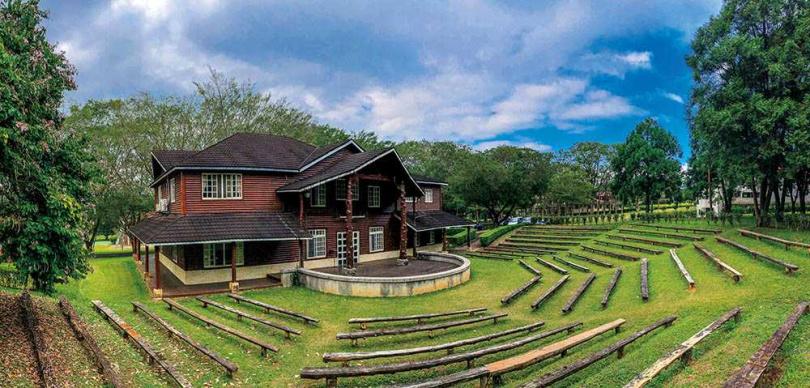木造房舍和室外舞台,像極了歐洲村莊景象。 (圖/焦正德攝)