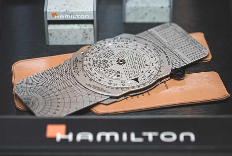 外號「Whiz Wheel」的E6B紙質領航計算尺,至今仍廣泛應用於訓練飛行員。(圖╱HAMILTON提供)