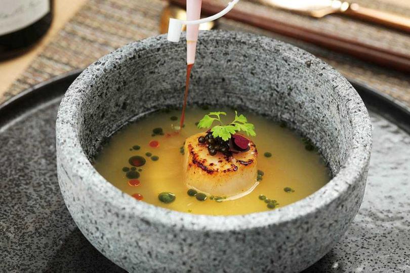 桂丁雞白湯、干貝的組合清爽淡雅,主廚特別以香吉士鋪底,增添微酸清香。(圖/于魯光攝)